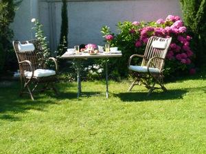le petit déjeuner peut-être servi dans le jardin en été